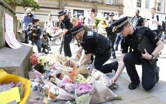 Policisté pokládají květiny na St Ann's Square k uctění obětí útoku v Manchesteru