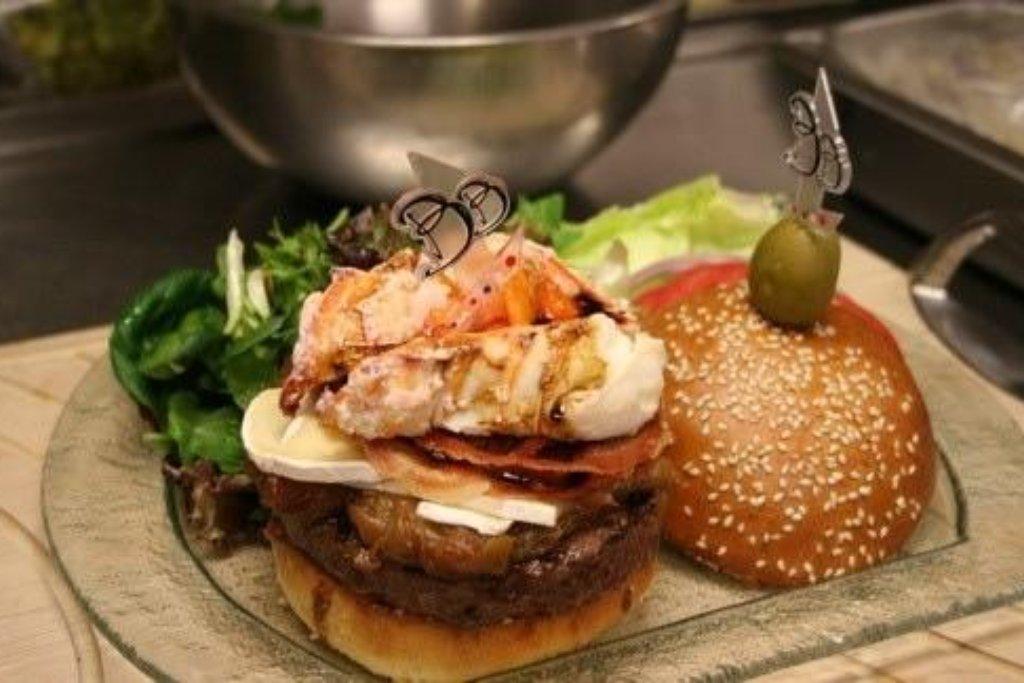 Burger 777 v ceně 777 dolarů (18 tisíc korun). Hovězí z Kóbe je doplněné humrem. Křupavé prosciutto a sýr Brie je zakapán stoletým balsamikem. Burger je podáván se šampaňským Dom Perignom.