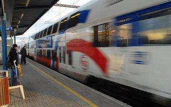 Příměstský vlak přijíždí do stanice Praha-Horní Počernice