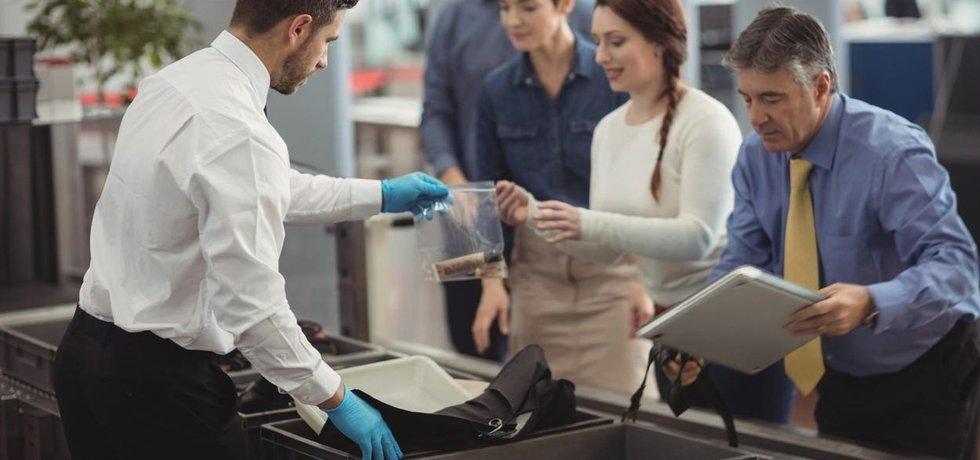 TSA testování nových pravidel zdůvodňoval usnadněním a zlepšením procesu kontroly.