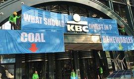 Protest Greenpeace před budovou KBC