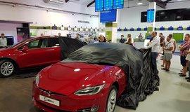 Alza zatím prodala jen dva elektromobily Tesla