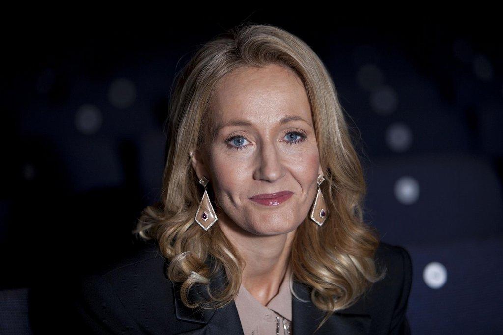 3. J. K. Rowlingová - 95 milionů dolarů. Britská autorka stále vydělává na světě kolem Harryho Pottera. Původní verze scénáře k divadelní hře Harry Potter a Prokleté dítě se stala nejprodávanější knihou loňského roku. Úspěšný byl také film Fantastická zvířata a kde je najít.