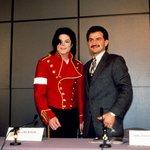 Princ Al-Valíd bin Talál s Michaelem Jacksonem v roce 1996.