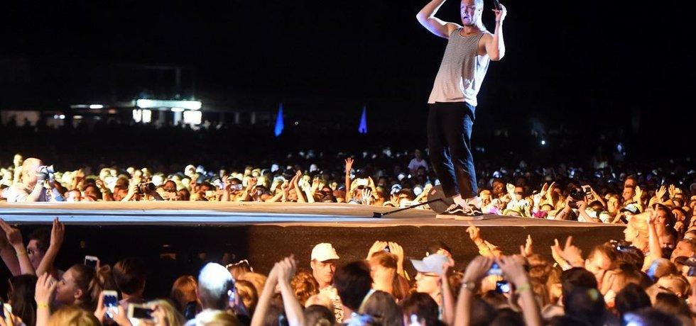 Americká skupina Imagine Dragons vystoupila 19. července v Ostravě na hudebním festivalu Colours of Ostrava. Na snímku je zpěvák Dan Reynolds.