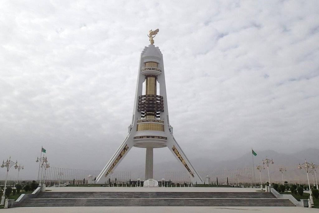 Učajak – monument turkmenské státnosti – je jakási trojnožka. Na vrcholu stojí zlatá socha Sapamurata