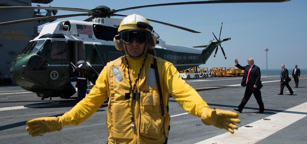 Prezident Donald Trump opouští letadlovou loď USS Gerald R. Ford po jejím slavnostním zařazení do služby.