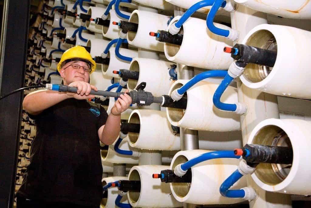 Technik kontroluje membránu reverzní osmózy v odsolovací stanici v izraelském Aškelonu.