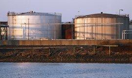 Zásobníky na naftu v německém Hamburku, ilustrační foto