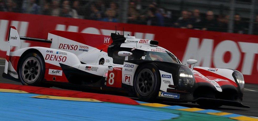 Tovární prototyp Toyota TS050 vyhrál kvalifikaci a do 86. ročníku čtyřiadvacetihodinovky v Le Mans odstartuje z prvního místa