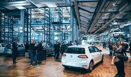 VW vyrobil v dráźďanské továrně první elektrický Golf