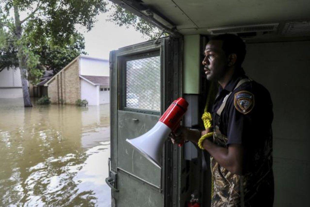Policista střeží ulice zaplaveného Houstonu