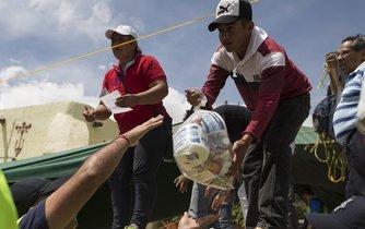 Dobrovolníci ve městě San Gregorio Atlapulco přebírají vybavení věnované obyvateli Mexika