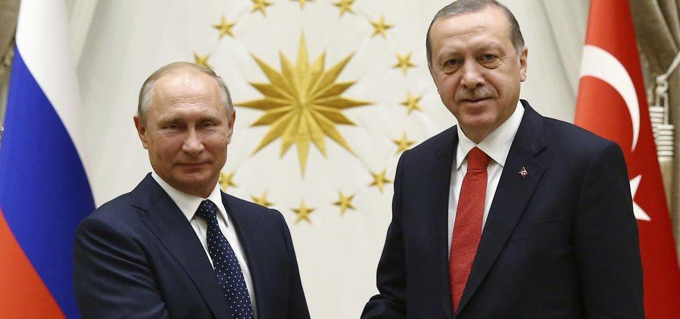 Ruský prezident Vladimir Putin a jeho turecký protějšek Recep Tayyip Erdogan se dohodli na společném postupu při řešení situace v Sýrii.