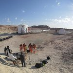 Designéři pózují ve skafandrech před stanicí Mars Desert Research Station v Utahu.