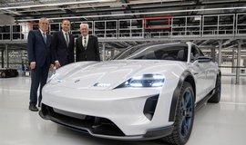 Nová výrobní linka pro Porsche Taycan v Zuffenhausenu. Na snímku je koncept vozu Porsche Mission E.