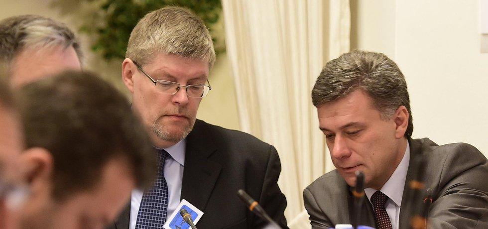Schůze sněmovní vyšetřovací komise k reorganizaci policejních útvarů 31. října v Praze. Ředitel olomoucké pobočky Generální inspekce bezpečnostních sborů Tomáš Uličný a předseda komise Pavel Blažek (vpravo).
