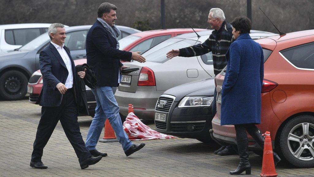 Prezidentův kancléř Vratislav Mynář a místopředseda Strany Práv Občanů (SPO) Martin Nejedlý vítají Zemanovi příznivce
