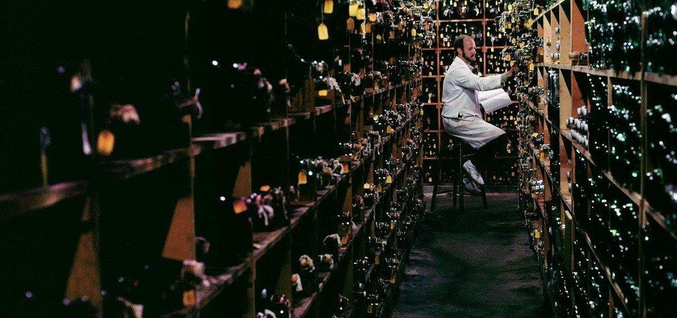 Kontrola vína v kalifornském sklepu