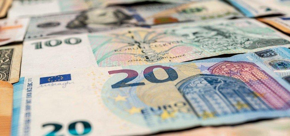 Koruny a eura - ilustrační foto