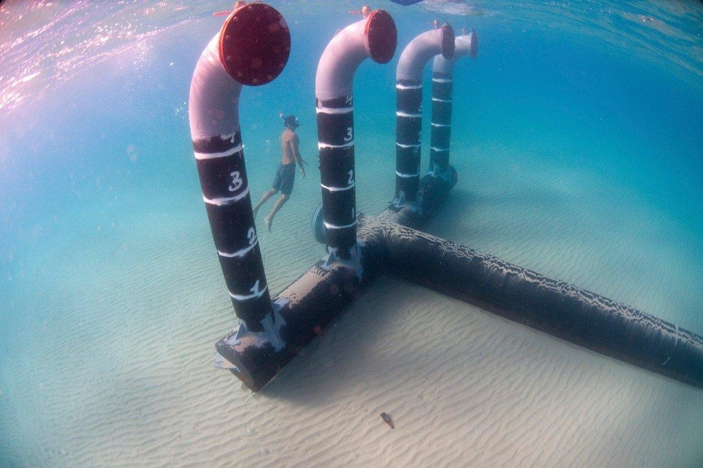Solný koncentrát z odsolovací stanice se vrací do moře 300 metrů od břehu.