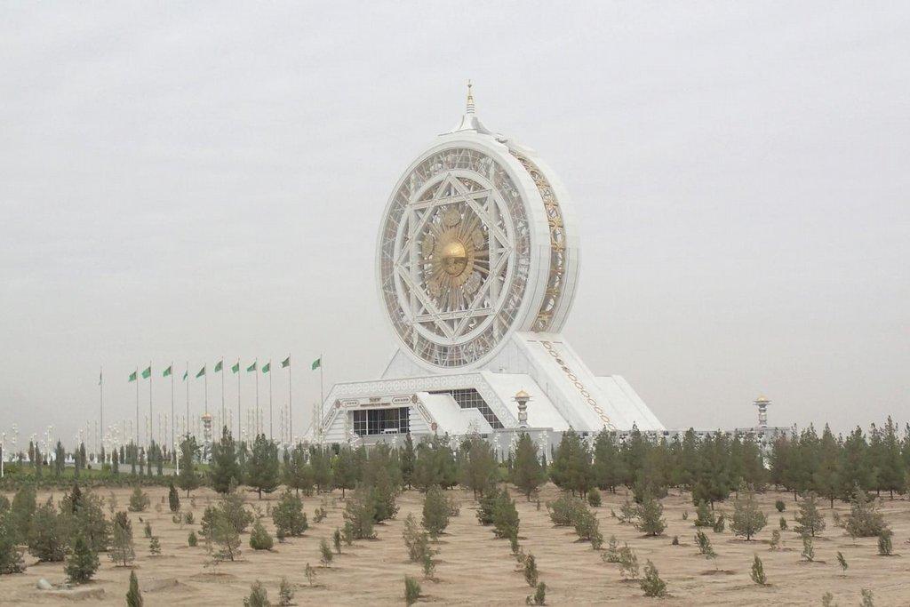 Turkmenistán je země bohatá na ropu a hlavně plyn. Místní vláda zisky z prodeje nerostných surovin utrácí za honosné paláce, restaurace a památníky z mramoru a zlata.