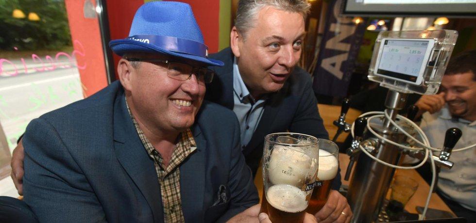 ANO vyhrálo v Ústeckém kraji. Lídrem hnutí je Petr Urbánek (vlevo), vpravo je předseda krajské organizace hnutí Jan Richter.