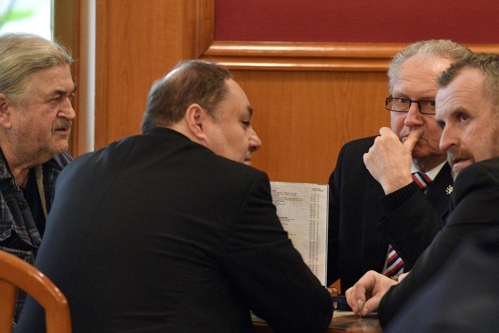 František Ringo Čech, druhý zprava senátor Jan Veleba ve volebním štábu Miloše Zemana