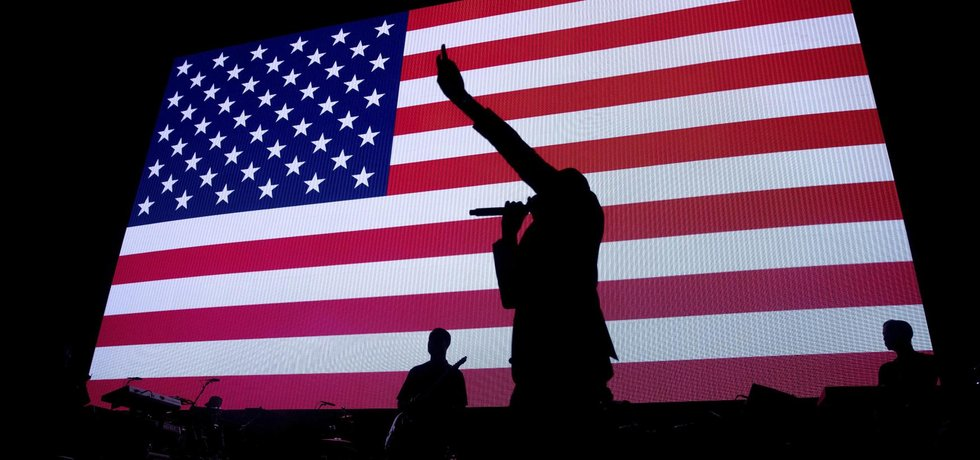 Zpěvák Jay Z zpívá na volebním mítinku Hillary Clintonové