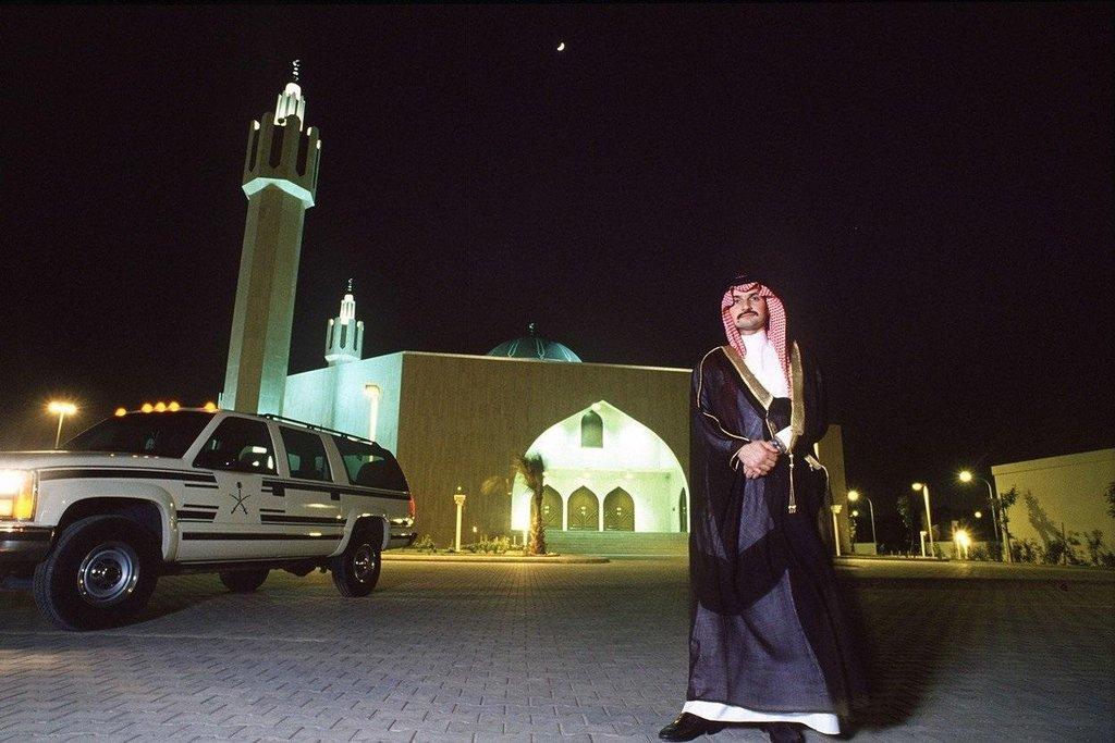 Princ Al-Valíd bin Talál v roce 1994 před svou soukromou mešitou v Rijádu.