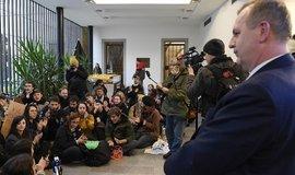 Stávkující studenti v Karolinu požadují odstoupení rektora Univerzity Karlovy Tomáše Zimy (vpravo)