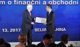Jiří Rusnok předává v Pekingu čínské bance ICBC licenci