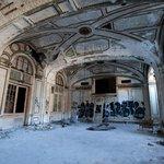 Detroit (USA) - Lee Plaza Hotel se stal další obětí velkého úpadku Detroitu. Kdysi prosperující město motorů je dnes spíše symbolem bankrotu. Město se však pomalu začíná zvedat a rozjíždí zajímavé projekty. V září otevřelo moderní sportovní a kulturní stadion za 860 milonů dolarů.