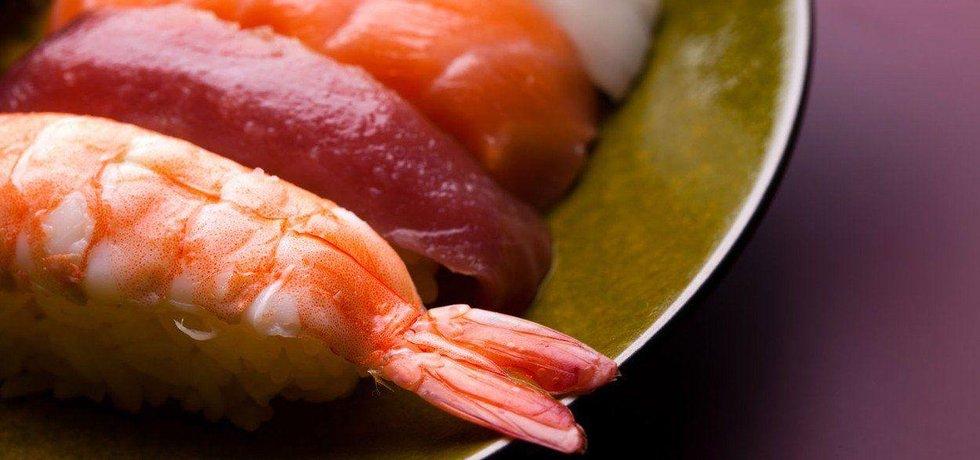 Sushi a čerstvé ryby, ilustrační foto