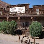 Calico (USA) - Kdysi bohaté těžařské město v Kalifornii produkovalo kolem roku 1881 bohatství ve stříbře v řádech milionů. O patnáct let později však cena stříbra výrazně propadla a místní obyvatelé město a jeho 500 dolů překotně opustili.