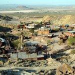Calico (USA) - Dnes je Calico vyhlášenou památkou, v roce 2005 jej tehdejší guvernér Kalifornie Arnold Schwarzenegger výnosem potvrdil za tzv. Ghost Town (město duchů). V rámci regionálních parků San Bernardino je i lákadlem pro turisty.