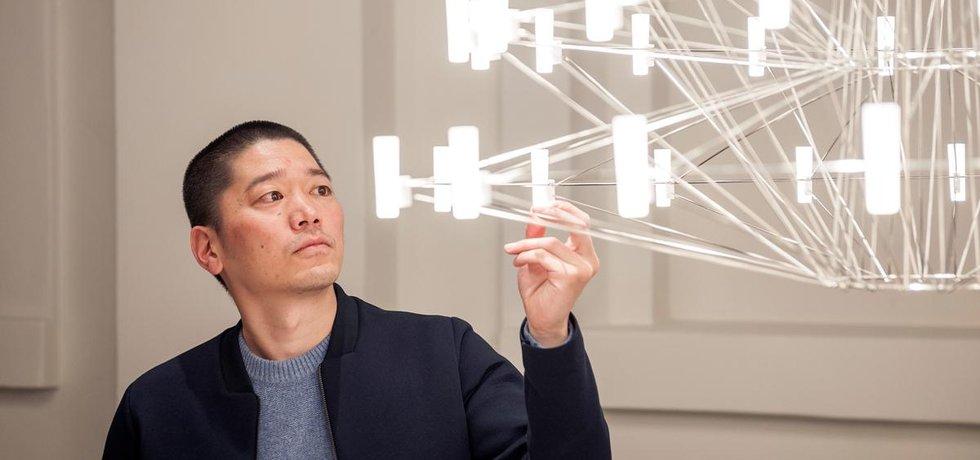 Arihiro Miyake, který dlouhodobě žije a tvoří v Helsinkách, vystaví impozantní lustr Coppélia, vytvořený pro značku Moooi.