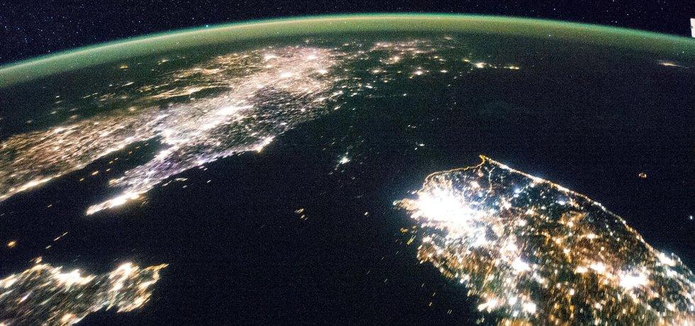 Kontrast mezi Jižní a Severní Korejí v noci (Zdroj: Nasa.gov)