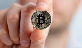 Bitcoin posiluje, poprvé za více než rok překročil hranici devíti tisíc dolarů