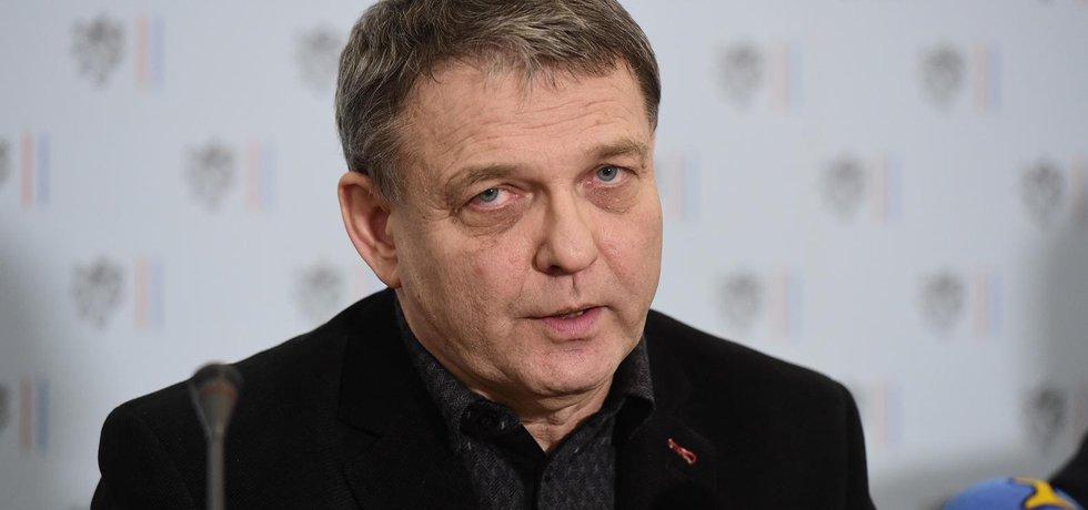Ministr zahraničí Lubomír Zaorálek na tiskové konferenci objasňuje kybernetický útok na e-mailové účty členů ministerstva