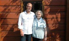 Petr Kubát neváhala pozval Eriku Rahnschovou do opravené roubenky. On tu žije, ona se tu narodila. Dnes je to jejich společný dům.