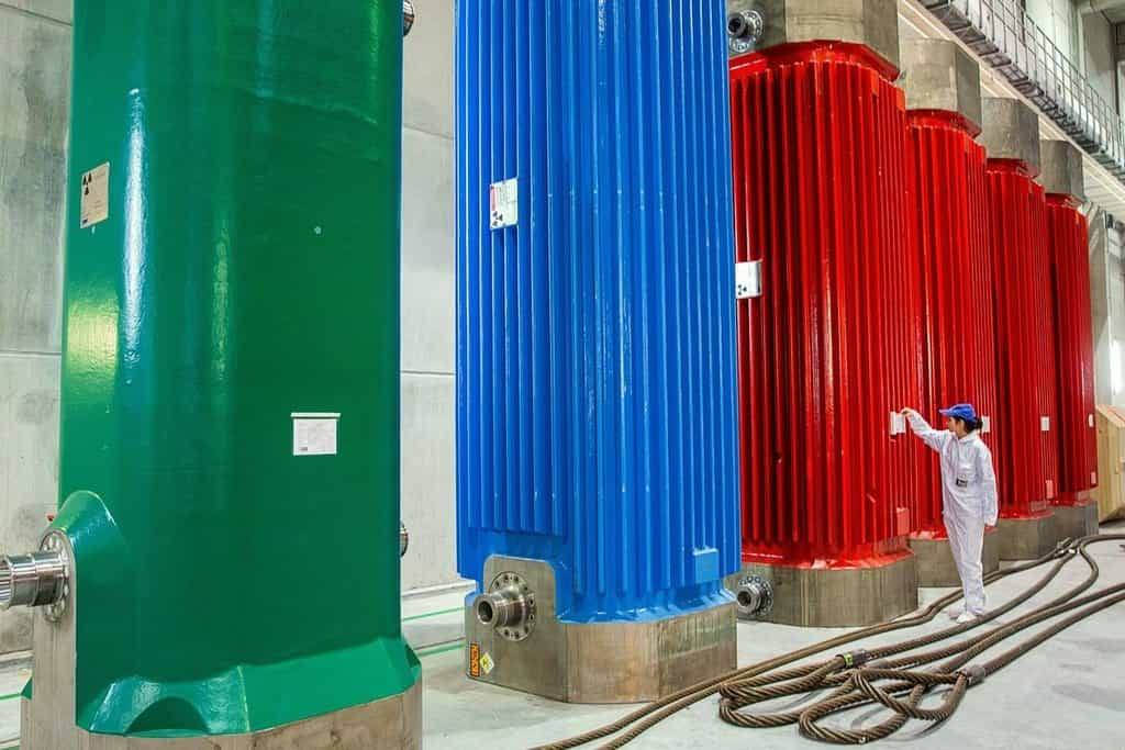 Úložiště jaderného odpadu v německém Lubminu. Zaměstnanec kontroluje protokol o uložení odpadu v kontejneru.