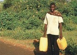 Vodovod? Na venkově věc neznámá. Etiopané chodí pro vodu ke vzdáleným studním i několik kilometrů