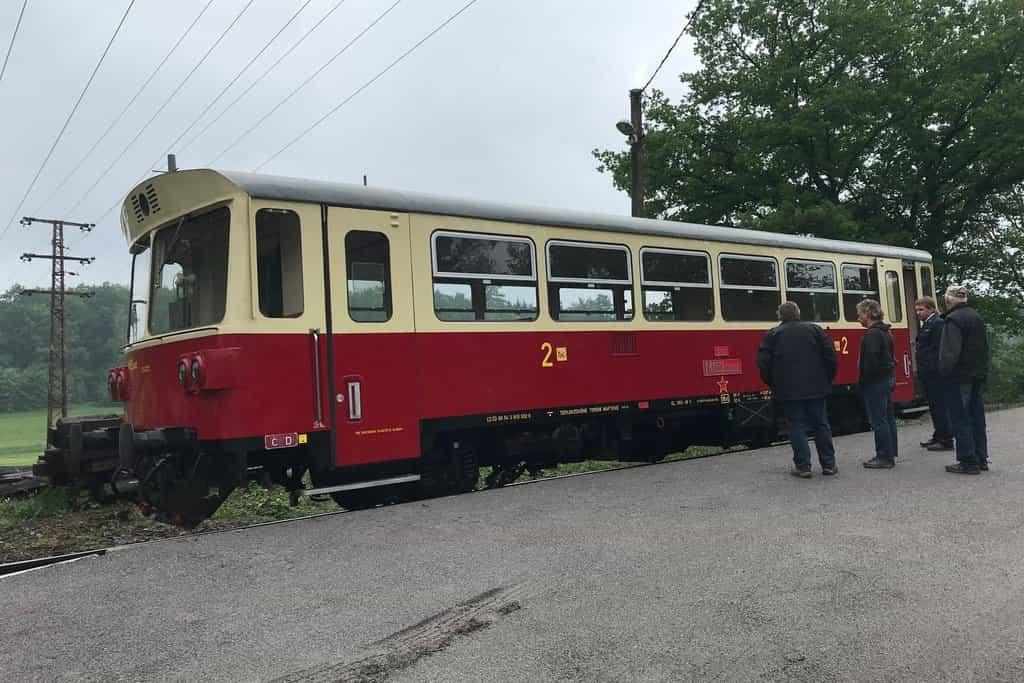 Strančice jsou úvraťová stanice - strojvedoucí musí přejít na druhý konec vlaku a k vlečce se vlak vrací