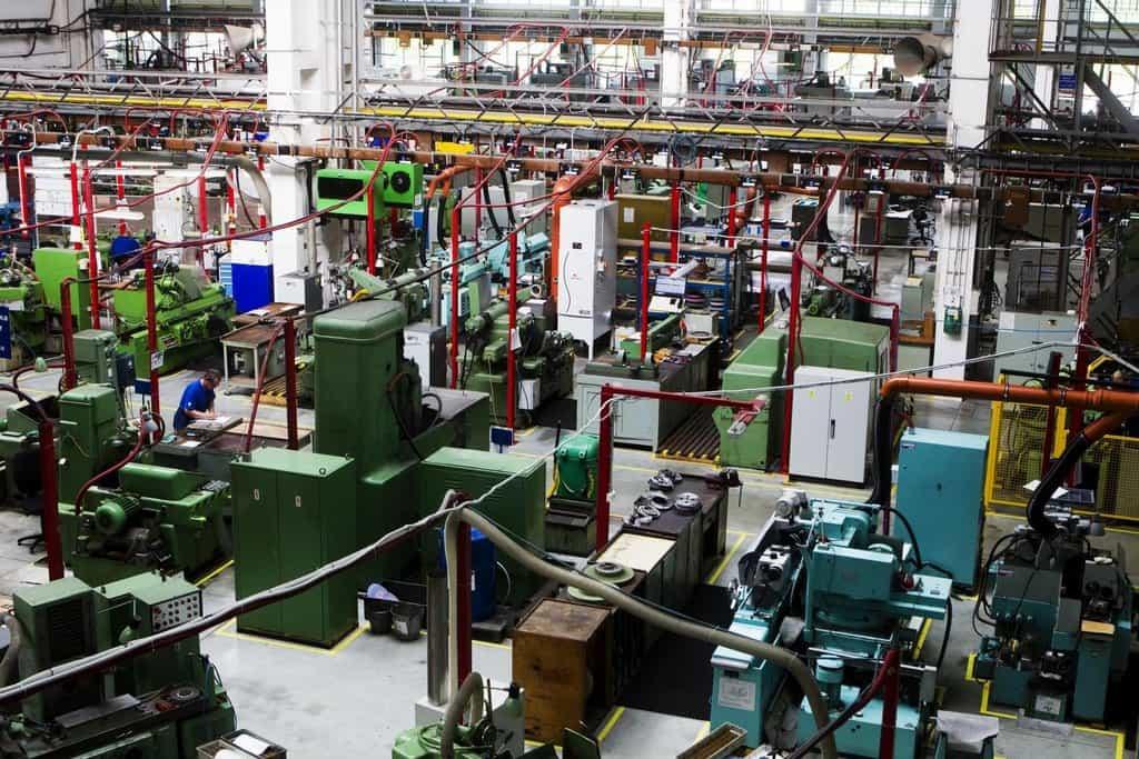 V tovární hale se střídají historické stroje s jejich moderními nástupci