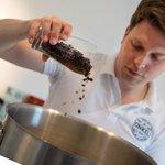 Přidávání kávových slupek (cascary) do domácího piva v Německu.