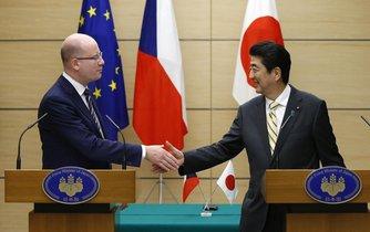 Český premiér Bohuslav Sobotka a jeho japonský protějšek Šinzó Abe