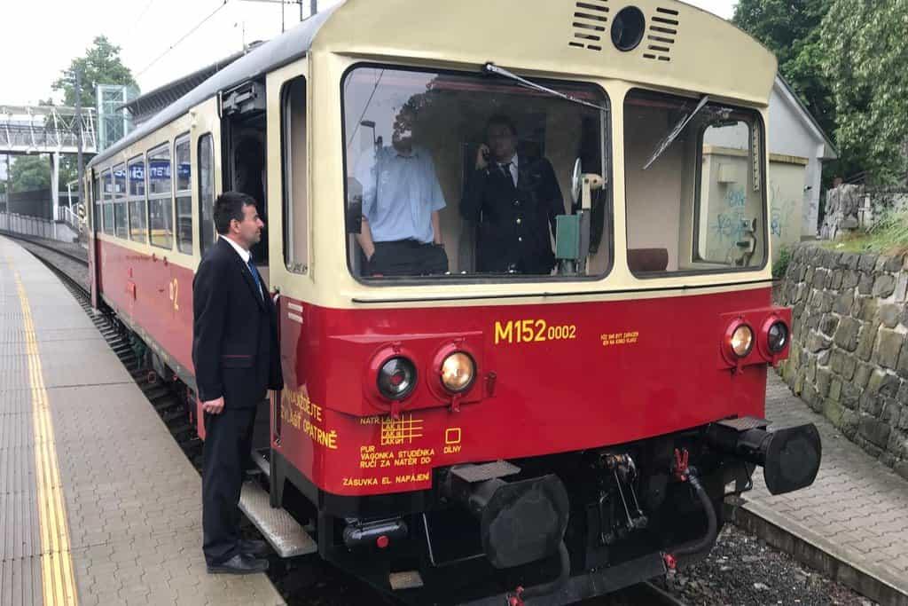 Vlak složený ze dvou motorových vozů řady 810 bude z pražského hlavního nádraží vyjíždět kolem desáté dopoledne