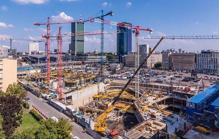 Stavba mrakodrapu Varso Tower ve Varšavě. Má být nejvyšší stavbou v EU. Ilustrační foto.