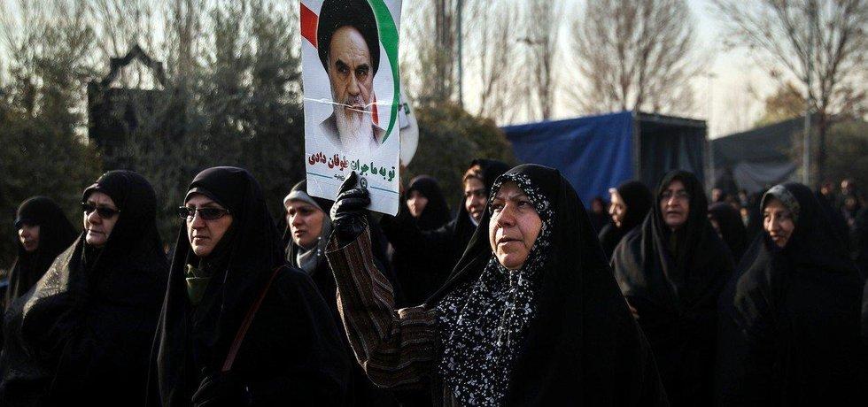 Desetitisíce lidí vyšly do ulic Teheránu na podporu režimu